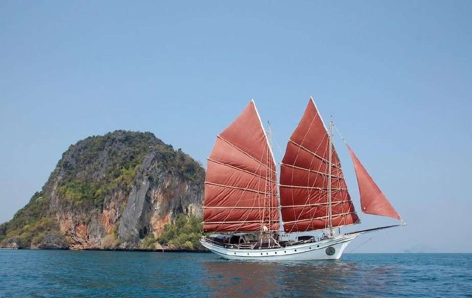 """Аренда яхты в Малайзии, Лангкави - отель """"Datai Langawi"""", парусник «Naga Pelangi». Фото www.yachtworld.com"""